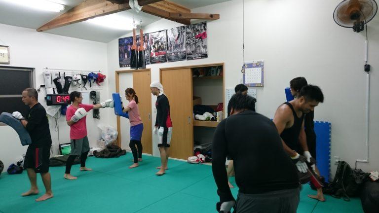 MMAキックボクシングクラスの練習風景